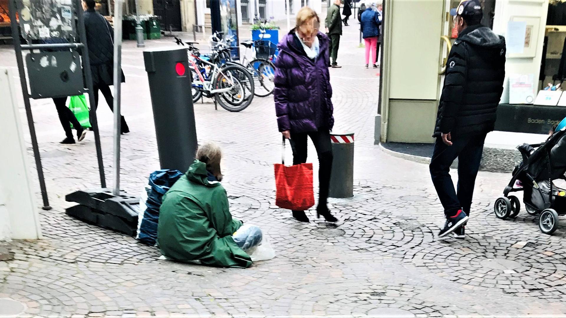 Kein seltenes Bild: Ein Bettler in der Baden-Badener Fußgängerzone. Das passt nicht zum Image der Stadt, die vor allem auch vom Tourismus lebt. Doch das Betteln ist nicht strafbar, wenn sich die Personen an Regeln halten. Anders sieht es aus, wenn gewerbsmäßig organisierte Bettlerbanden unterwegs sind.
