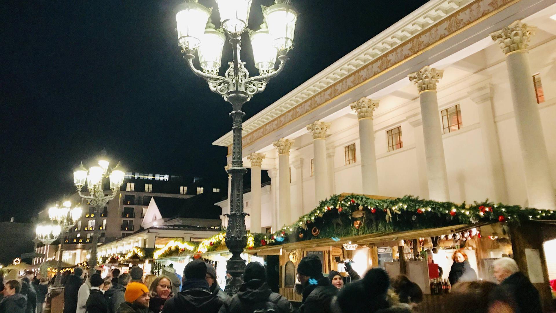 Stände stehen beim Weihnachtsmarkt in Baden-Baden vor dem Kurhaus.