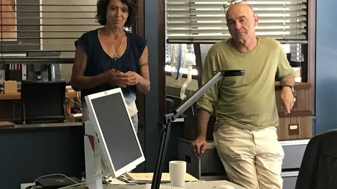 """Die Schauspielerin Ulrike Folkerts (Kommissarin Lena Odenthal) und ihr Kollege Peter Espeloer (Kriminaltechniker Peter Becker) drehen im Jahr 30 Tage lang im """"Tatort""""-Haus."""