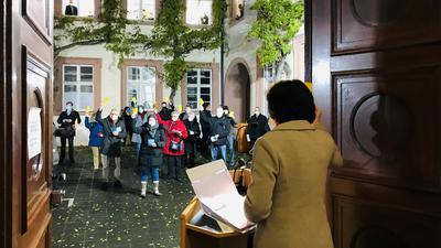 Oberbürgermeisterin Margret Mergen steht am Eingang zum Rathaus und spricht zum Gemeinderat, der sich zu einer Openair-Sitzung im Innenhof des Rathauses Baden-Baden versammelt hat.
