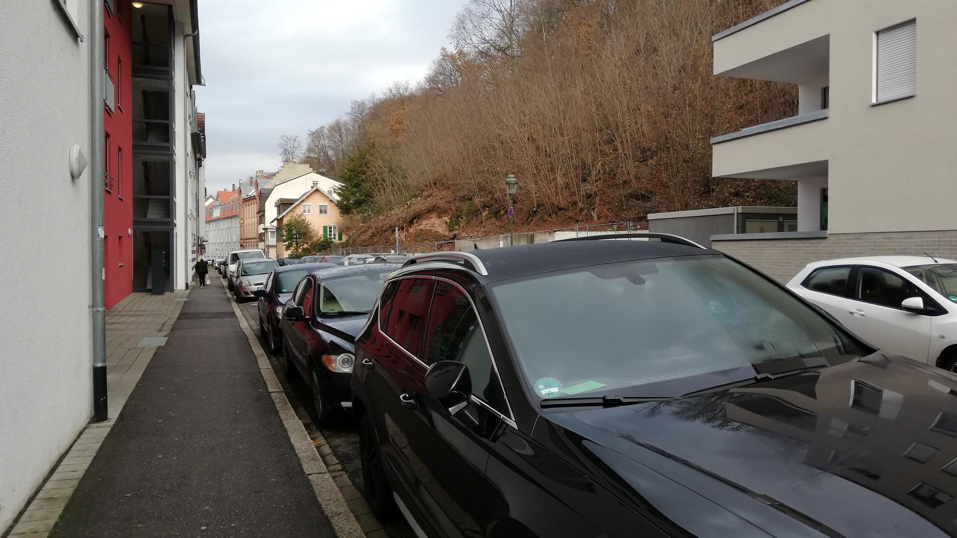 Autos parken in der Balzenbergstraße