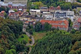 An der Peripherie gelegen und doch zentral: Die freie Fläche an der Schlossbergtangente (Bildmitte) soll jetzt doch nicht bebaut werden dürfen. Die Stadt will den Bebauungsplan aufheben. Oben links das Festspielhaus.