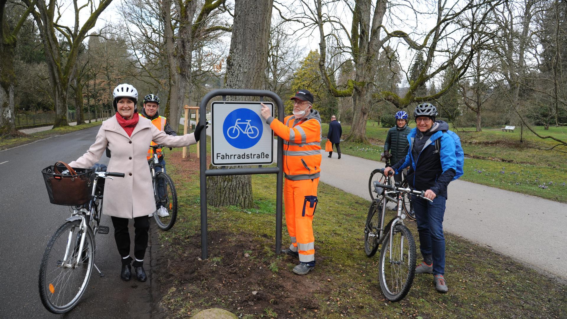 Die Fahrradstraße in der Lichtentaler Allee wird verlängert. Im Beisein von Oberbürgermeisterin Margret Mergen und Bürgermeister Alexander Uhlig (rechts) sind die ersten Schilder montiert worden. Hinten links Dirk Nesselhauf und hinten rechts Rolf Basse.
