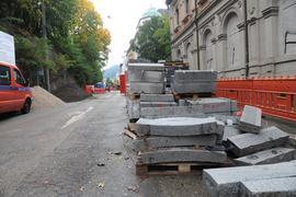 Alles Paletti. Nach Einschätzung der Stadtverwaltung sind die Bordsteine aus Granit, die im Moment in der Lichtentaler Straße verbaut werden, nicht durch Kinderhand hergestellt worden.