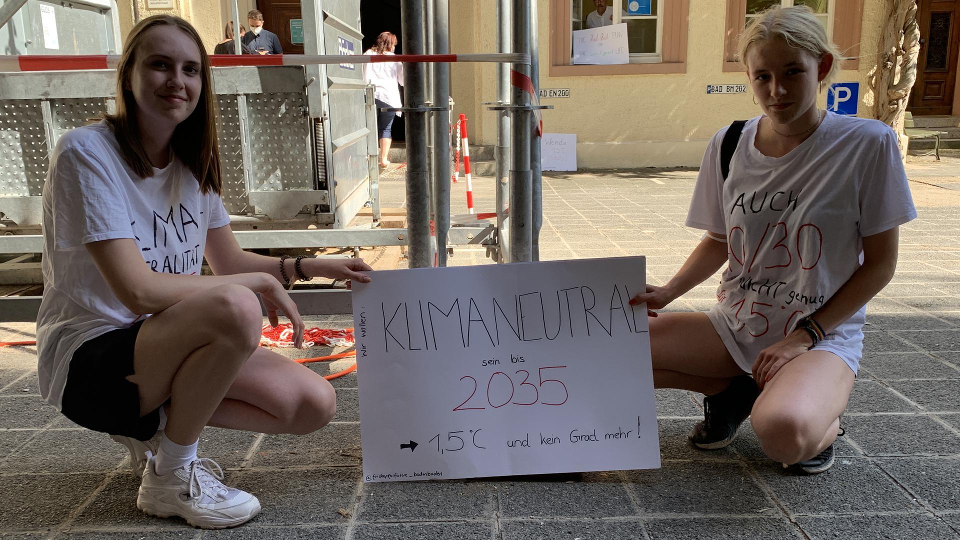 """Leiser Protest vor dem Rathaus: Inola Mitzel (links) und Pauline Roth von """"Friday for Future"""" wollen deutlich mehr Klimaschutz."""