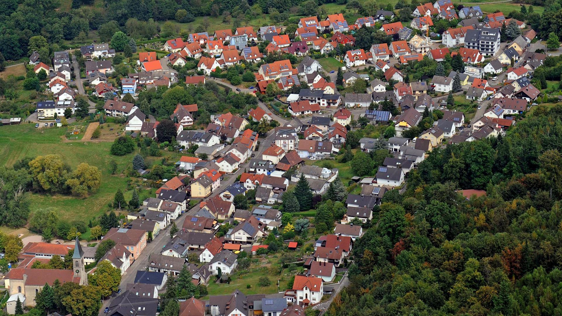 Ein Blick aus der Luft zeigt: In Baden-Baden, hier der Stadtteil Balg, sind riesige Dachflächen noch frei für die Photovoltaik-Nutzung.