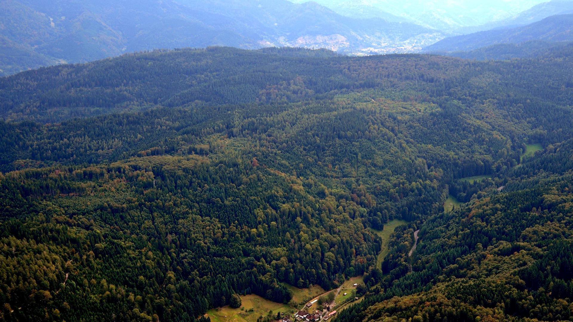 Die Höhenzüge oberhalb von Schmalbach (unten) sind ein Standort für Windkraftanlagen, den die Stadt jetzt wiederbeleben will.