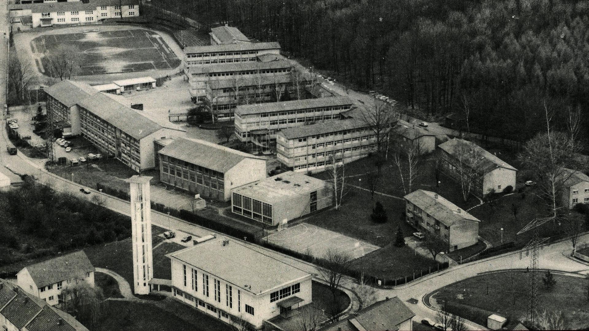 In der Cité ist in den 50-er Jahren das Lycée Charles de Gaulle gebaut worden. Vorher fand der Unterricht im heutigen Markgraf-Ludwig Gymnasium statt.