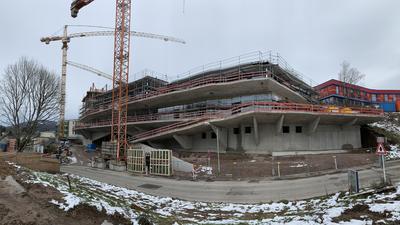 Die neue Mitte an der Hanns-Bredow-Straße nimmt Formen an. Bis Ende März werden die Rohbauarbeiten für das neue SWR-Medienzentrum fertig sein. Architektonisch ein Hingucker, wie schon jetzt deutlich wird.
