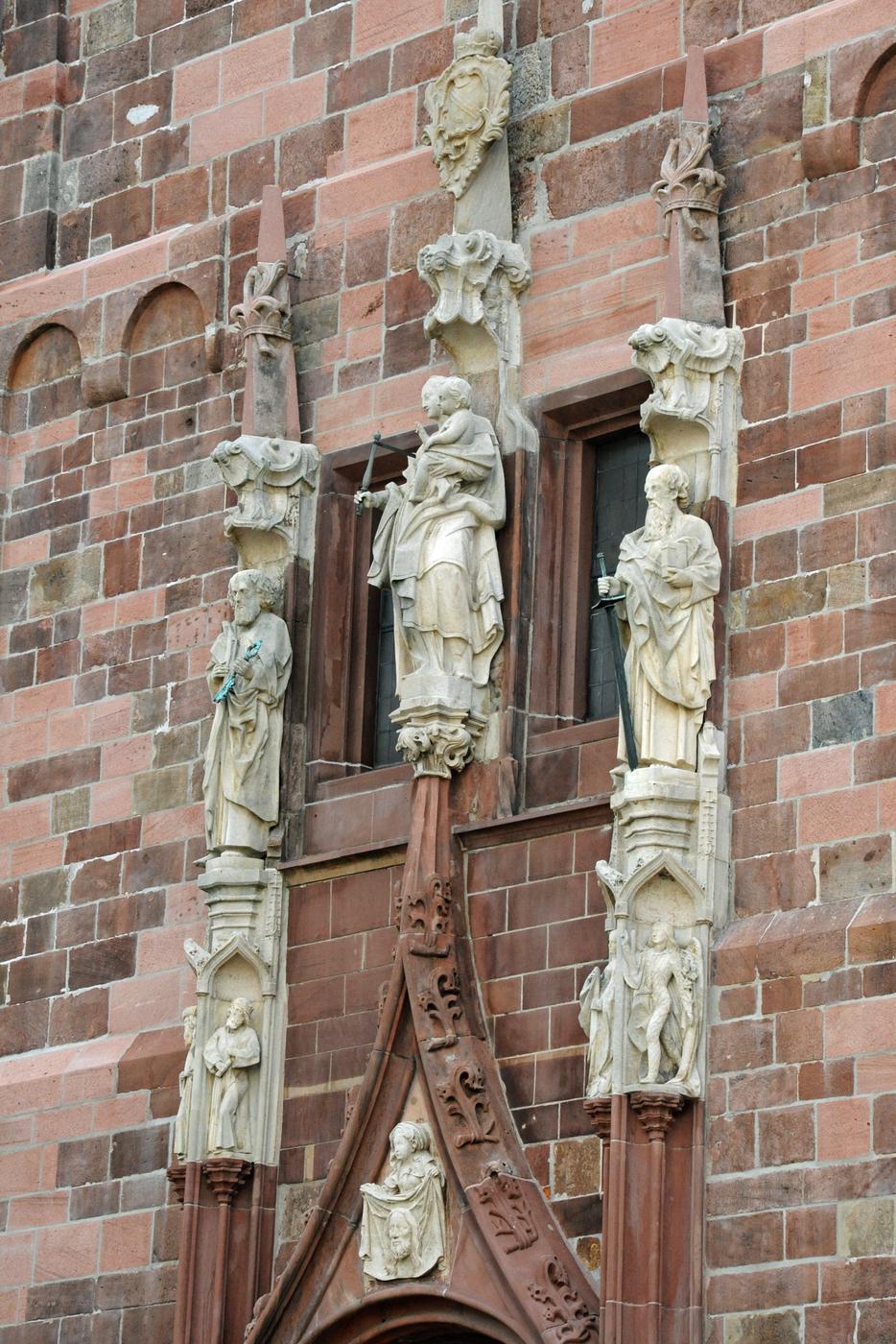 Die acht Figuren über dem Hauptportal der Stiftskirche sind in der Spendenaktion bereits vergeben. Es gibt aber noch genug andere Möglichkeiten, ein Scherflein beizutragen.