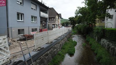 Die Yburgstraße in Steinbach wird nach dreijähriger Bauzeit Ende Oktober wieder befahrbar sein. Die Sanierung der Bachmauer mit neuer Mauerkrone ist bereits fertig.