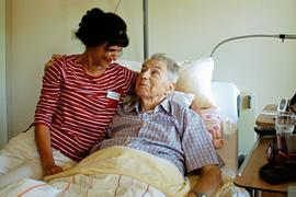 Pflegerin Filomena nimmt sich im Hospiz Kafarnaum viel Zeit für den Gast Eduard Noether.