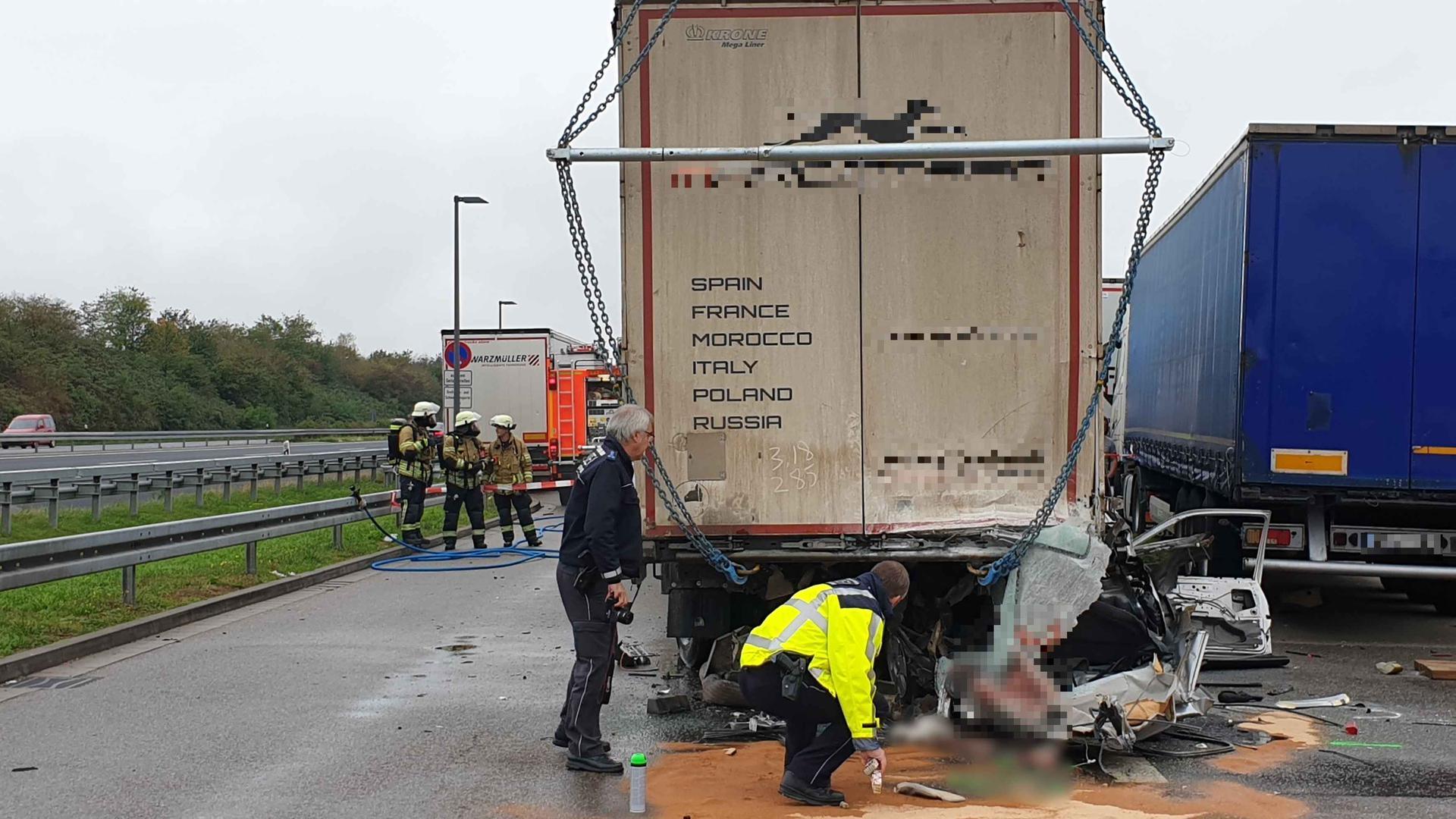 Der Autofahrer wurde bei dem Aufprall sofort getötet.
