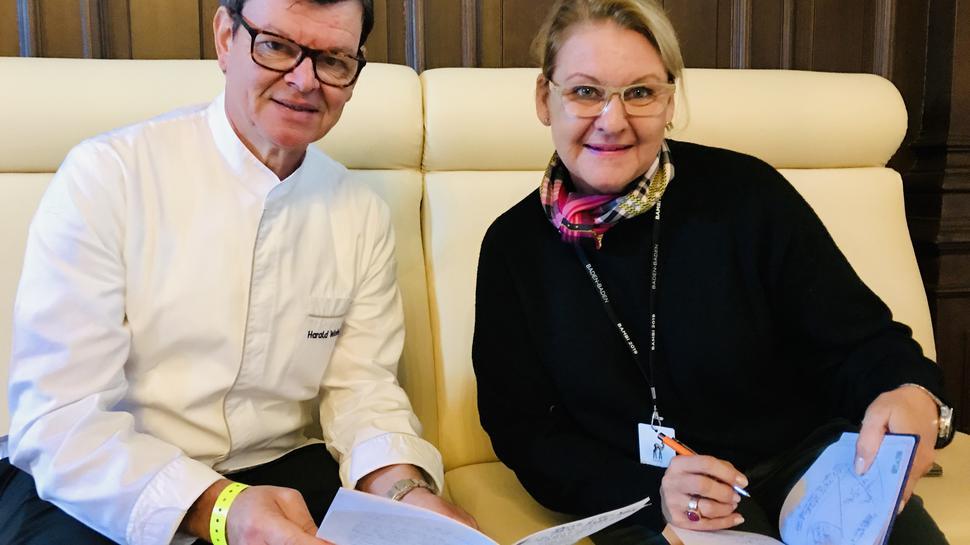 Einer der prominentesten Köche in Deutschland ist Harald Wohlfahrt. Bei der Bambi-Verleihung ist er mit Sabine Bernhard, Gastro-Chefin im Festspielhaus, für die Bewirtung der 1000 Gäste bei der Bambi-Verleihung zuständig.