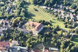 Eine Luftaufnahme zeigt das großzügige Anwesen des Neuen Schlosses in Baden-Baden. Es besteht aus elf Gebäuden mit insgesamt 420 Räume.