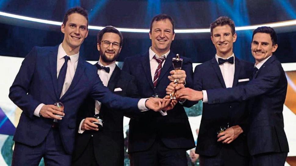Starkes Quintett: Die deutschen Skispringer Stefan Leyhe, Markus Eisenbichler, Karl Geiger und Richard Freitag (von links) haben den ehemaligen Bundestrainer Trainer Werner Schuster in die Mitte genommen.