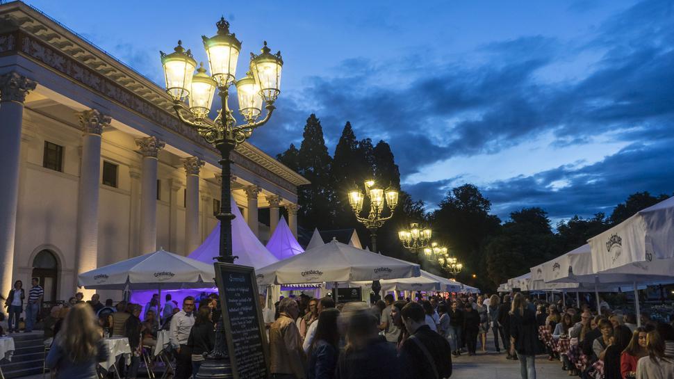 Beliebter Treffpunkt: die Baden-Badener Sommernächte vor dem Kurhaus beginnen an diesem Donnerstag, 4. Juli.