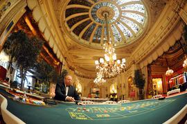 """Während der Party für die """"Playmate des Jahres"""" geht der Spielbetrieb im Casino in Baden-Baden ungehindert weiter. Die Playboy-Veranstaltung findet in abgetrennten Räumen statt."""