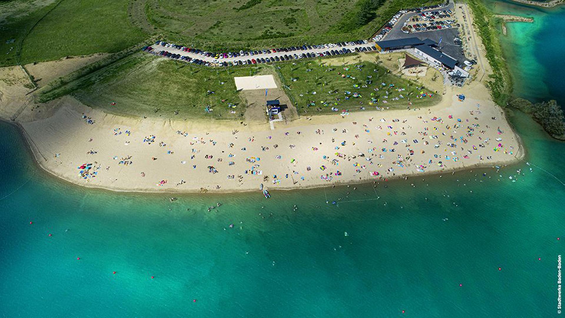 Goldgelbe Sichel: Der breite Strand ist die Trumpfkarte des Strandbades in Sandweier.