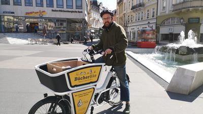 Radelnd gegen die Corona-Krise: Josua Strass liefert Bücher-Bestellungen per Fahrrad an seine Kunden.