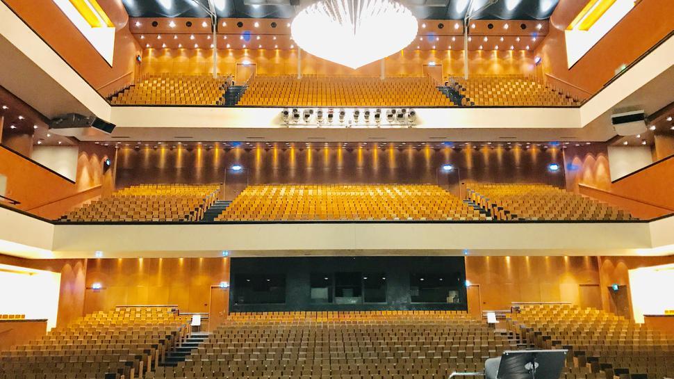 2500 Plätze bietet das Festspielhaus. Damit ist es das größte Opernhaus in Deutschland und das zweitgrößte in Europa.