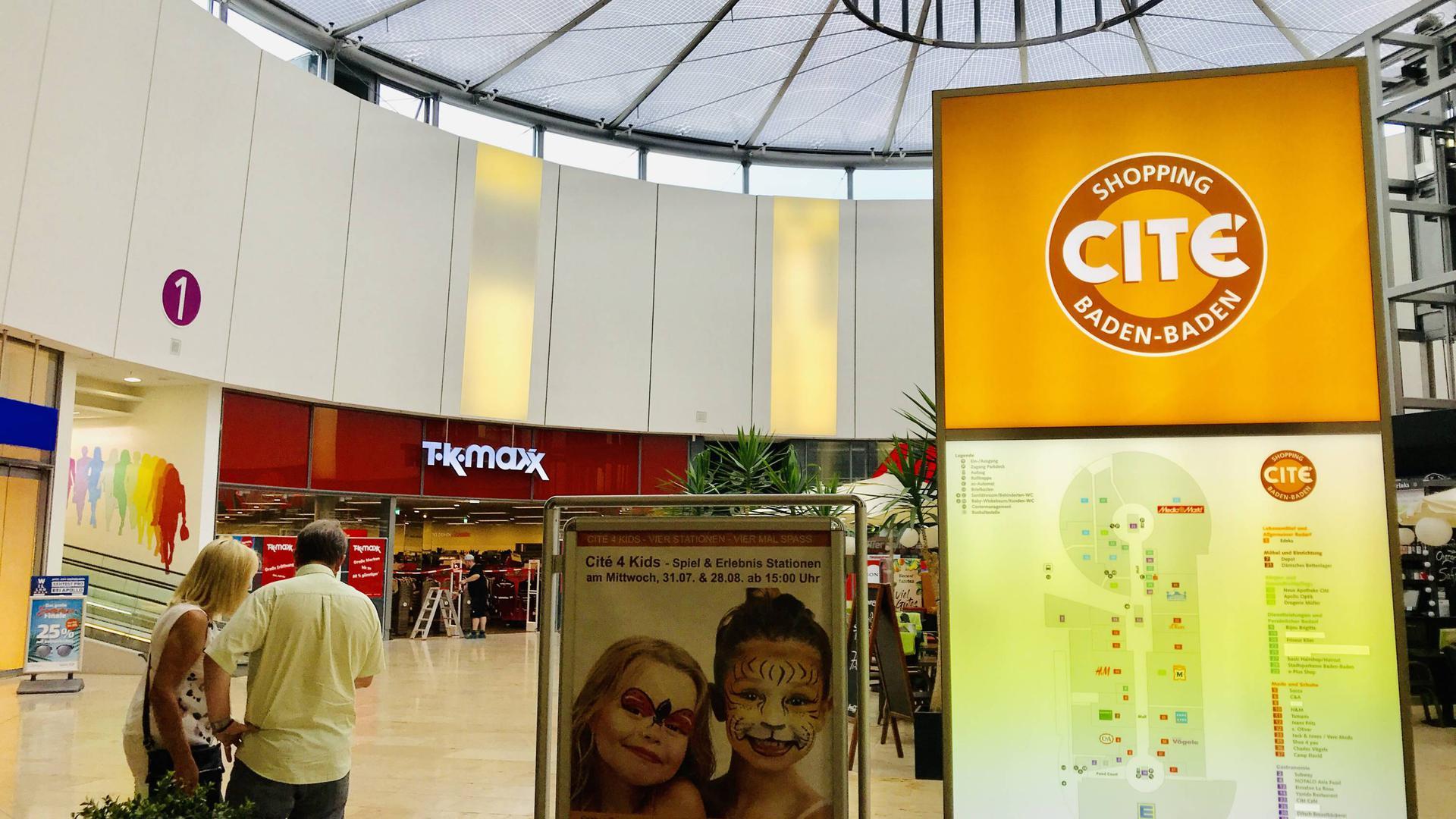 Im Fachmarktzentrum werden die letzten Vorbereitungen für die Eröffnung der Filiale des neuen Mieters TK Maxx getroffen. Die Shopping Cité an der B500 wurde im November des Jahres 2006 eröffnet.