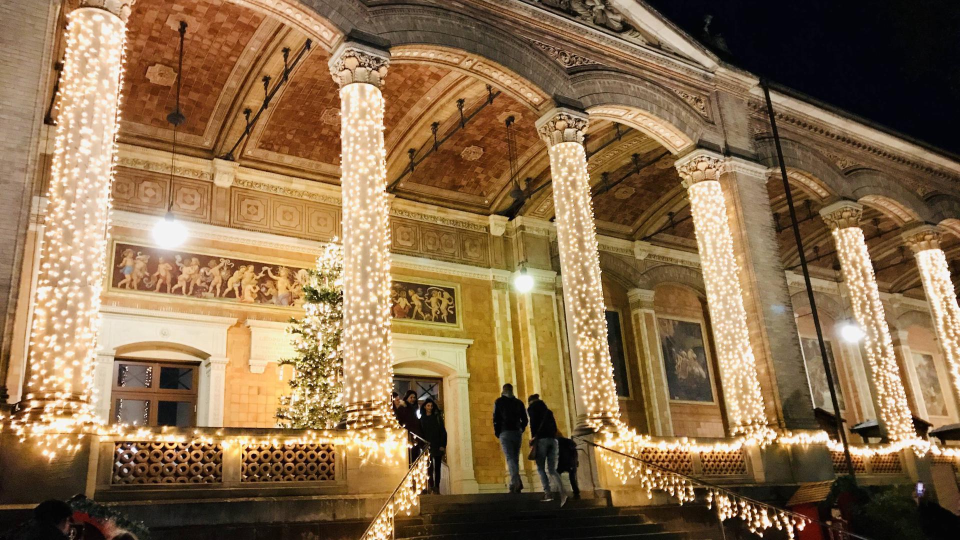 Die Trinkhalle in Baden-Baden ist während des Weihnachtsmarkts beleuchtet.