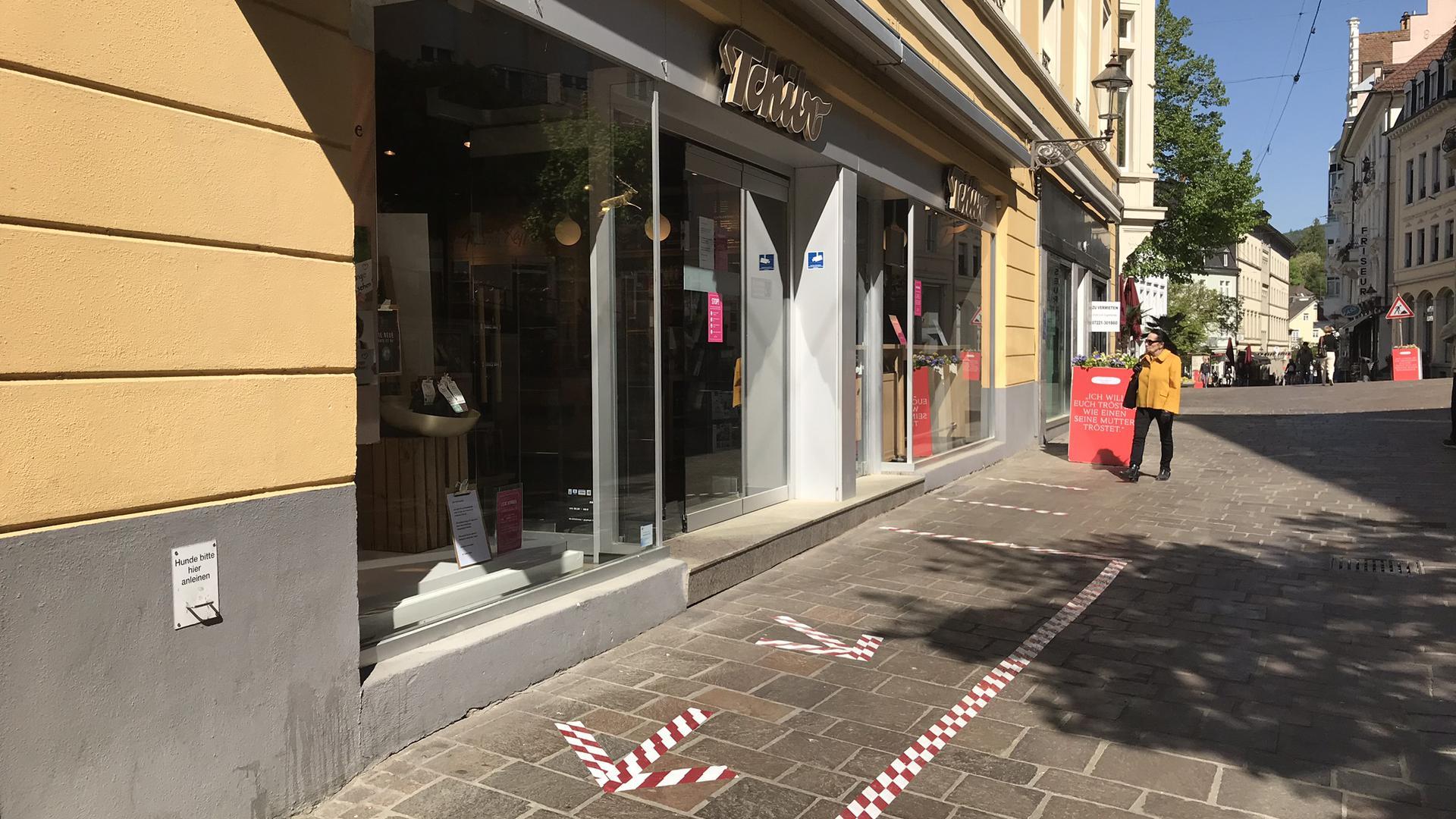 Markierungen auf dem Boden vor und in den Geschäften der Fußgängerzone sollen den Kunden helfen, die Abstandsregelungen einzuhalten. Andere Geschäfte bieten ihren Kunden außerdem an, ihre Hände vor Betreten der Ladenfläche zu desinfizieren.