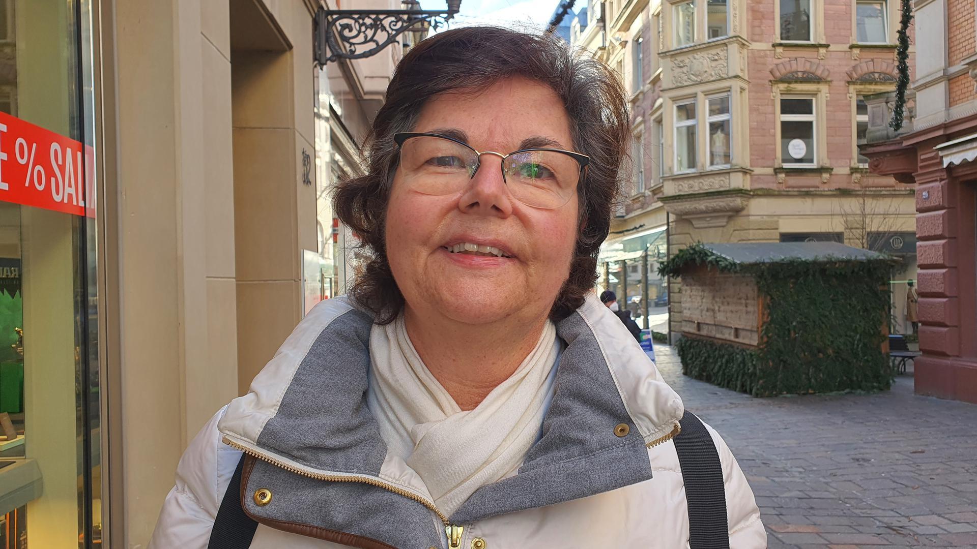 Karin Fischer in der Baden-Badener Fußgängerzone