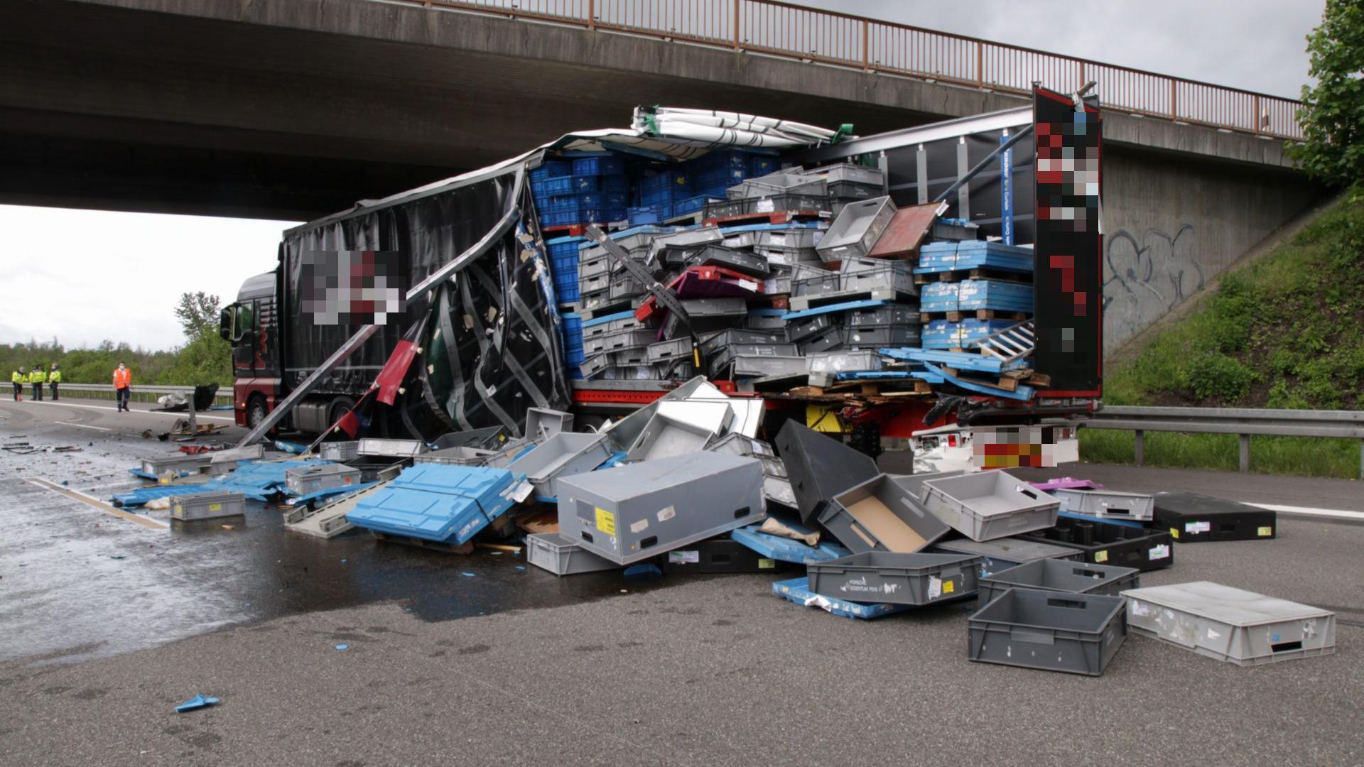 Ein Lkw verliert nach einem Unfall Ladung auf der A5 bei Baden-Baden.