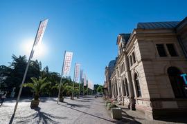 Flaggen wehen vor dem Festspielhaus Baden-Baden.