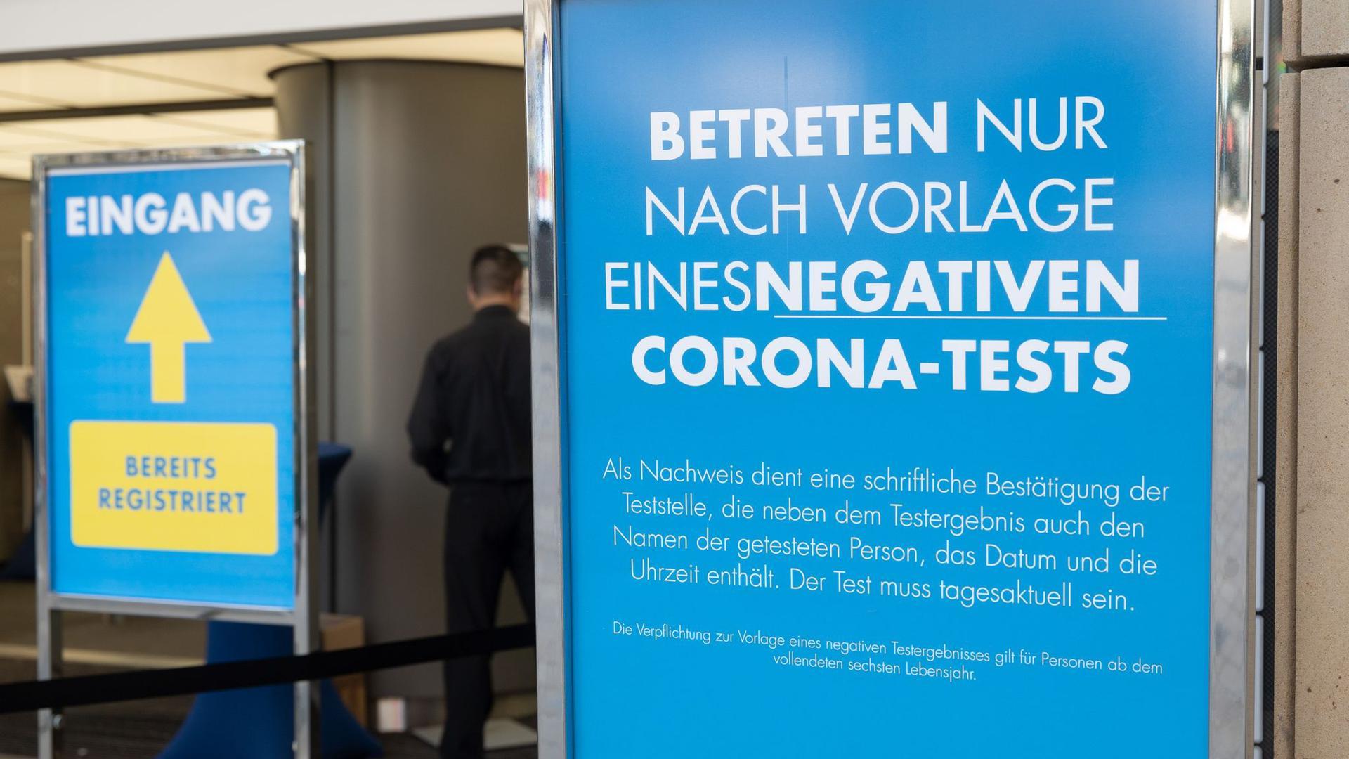 Ein Schild vor einer Filiale von Galeria Kaufhof Filiale in Dortmund weist auf die Testpflicht hin.