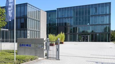 Eine Flagge mit dem Schriftzug des Finanzdienstleisters Grenke AG weht an der Zentrale der im MDAX notierten Aktiengesellschaft.