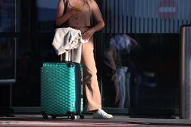 Ein Fluggast steht vor einem Terminal.