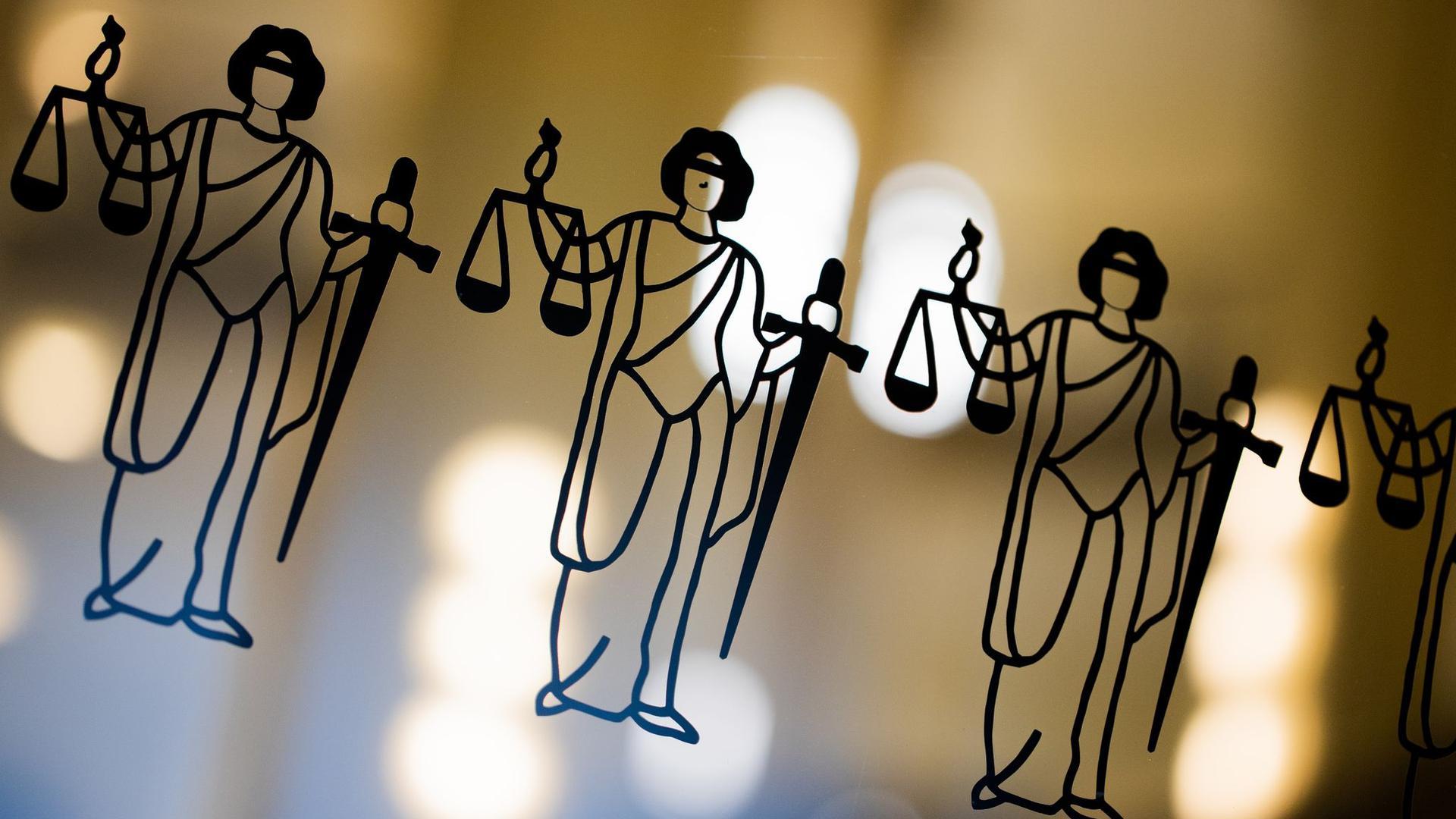 Die Justitia ist an einer Scheibe am Eingang zum Gericht zu sehen.