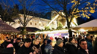 Besucher sind auf dem Weihnachtsmarkt in Baden-Baden zwischen den Ständen unterwegs.