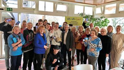 """Jugendliche helfen Senioren und umgekehrt: Das Projekt """"Win-win-Coach"""" verbindet Generationen."""