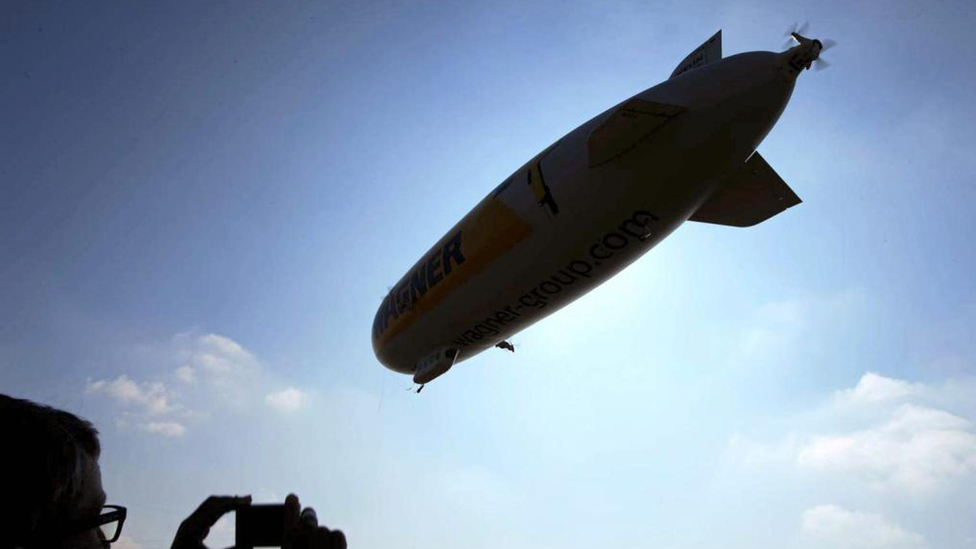 Ein echter Hingucker: Ein Mann fotografiert einen Zeppelin NT. Von Donnerstag bis Sonntag ist das Luftschiff mit der Form einer Zigarre auf dem Flugplatz Oos stationiert und hebt dann zu Rundflügen ab.