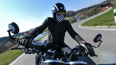 Ein Motorradfahrer fährt auf einer kurvenreichen Strecke in Richtung württembergisches Allgäu.