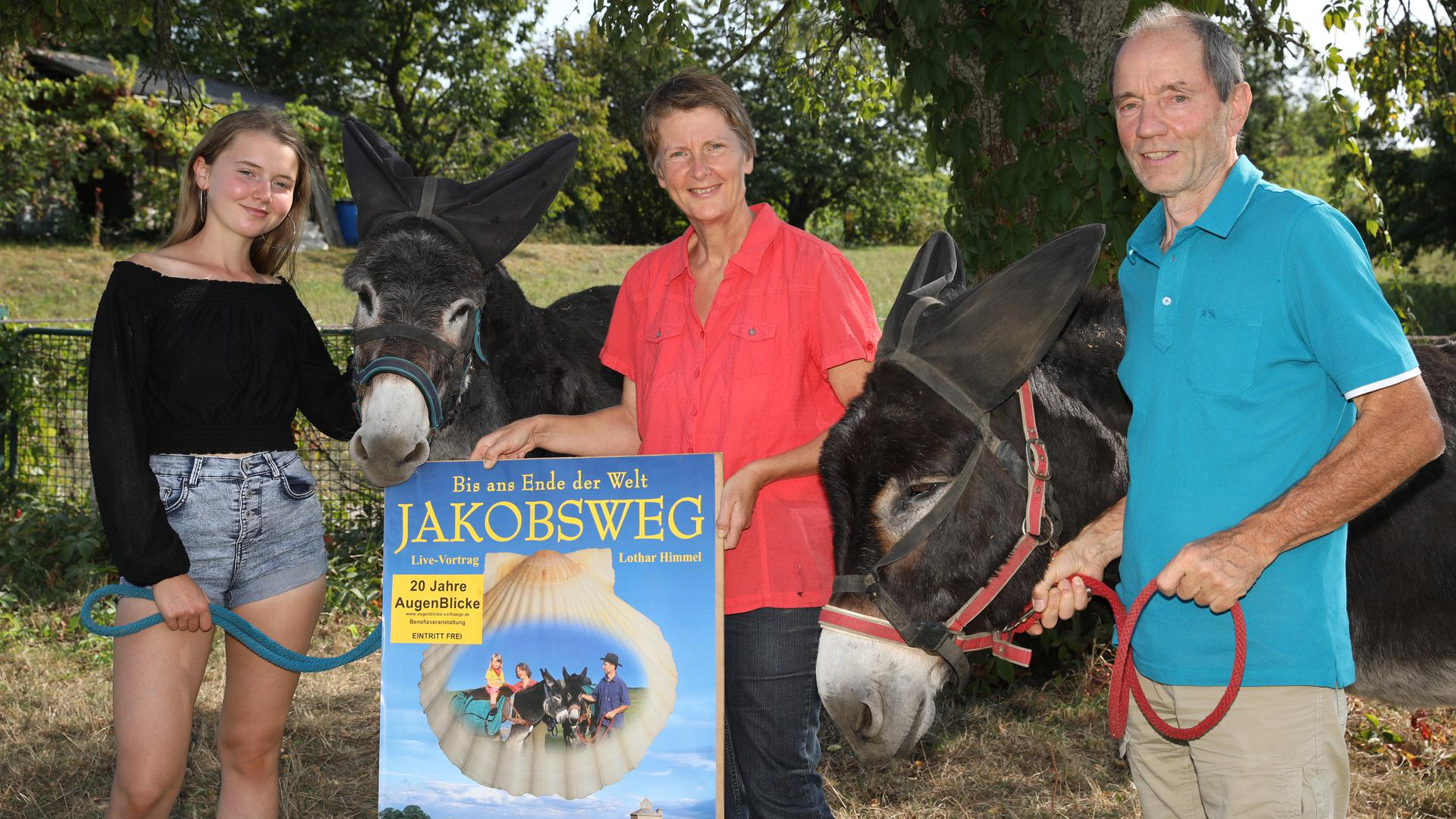 Heute: Carolin, Isabelle und Lothar Himmel mit ihren Eseln Camille und Martin.