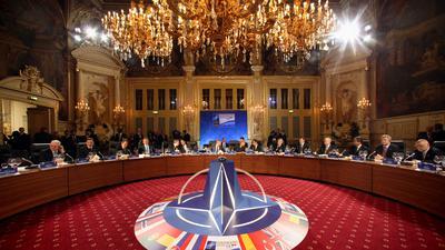 Die NATO-Staatsoberhäupter setzen sich am Freitag (03.04.2009) im Kurhaus Baden-Baden zum Abendessen zusammen. In Baden-Baden, Straßburg und Kehl findet am 03.04. und 04.04.2009 der NATO-Gipfel zum 60. Jubiläum des Militärbündnisses statt. Foto: Fredrik von Erichsen dpa/lsw +++ dpa-Bildfunk +++