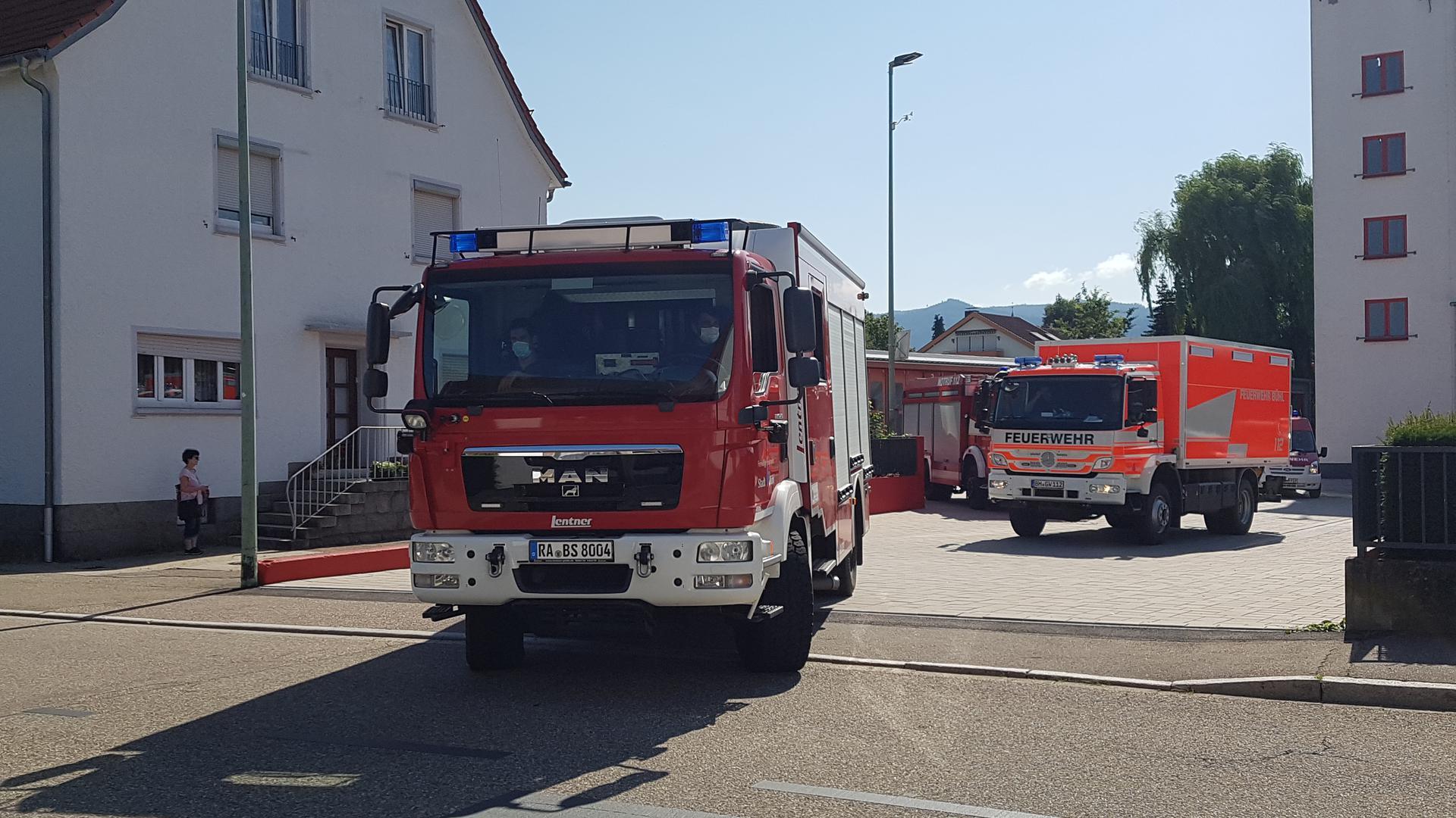 zwei Einsatzwagen der Freiwilligen Feuerwehr in Bühl