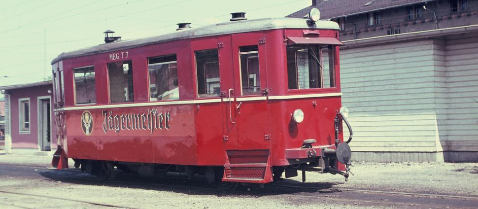 Ein roter Dieseltriebwagen der Mittelbadischen Eisenbahn-Gesellschaft steht im Bahnhof Bühl.