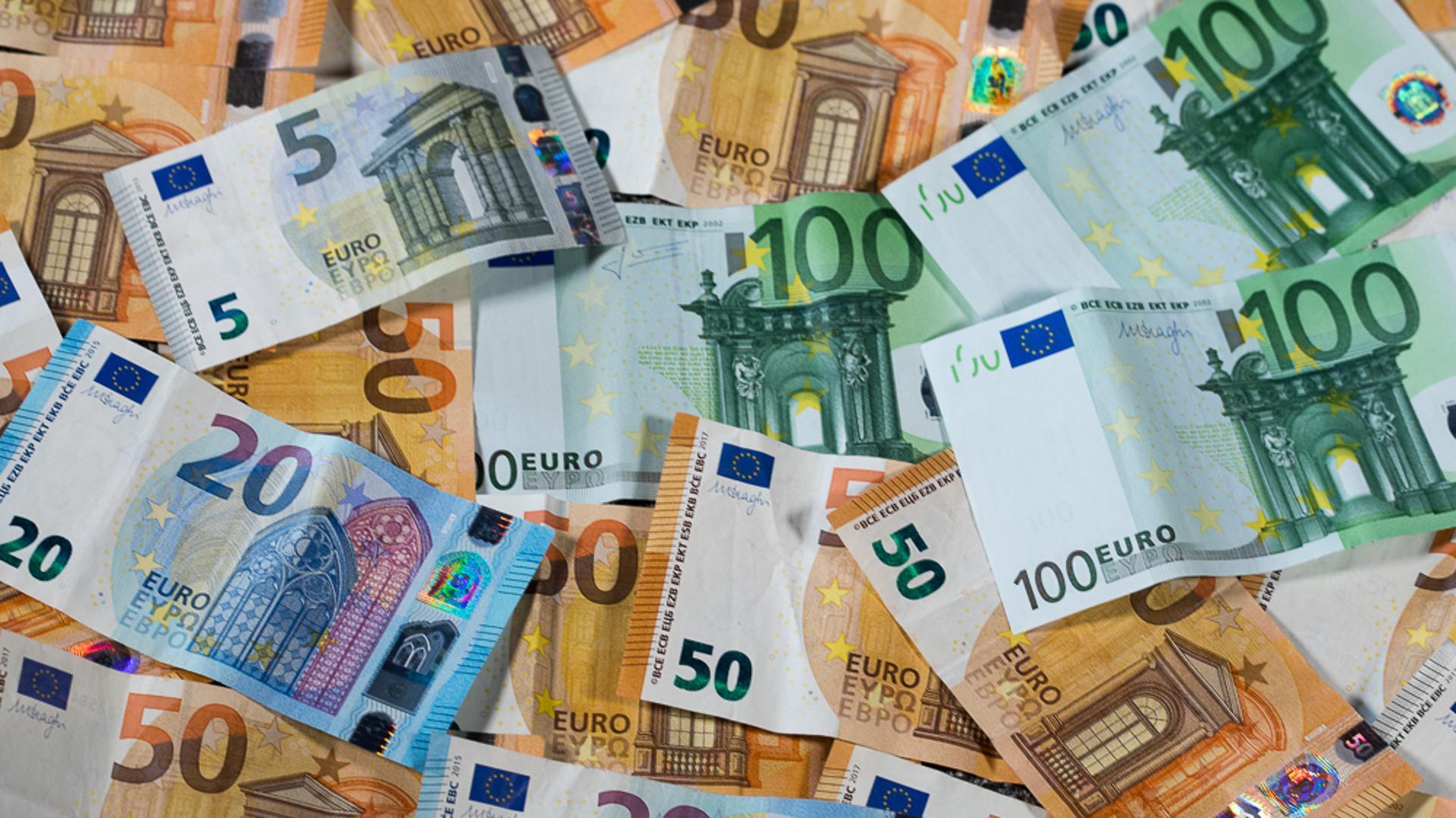 Euro-Geldscheine mit unterschiedlichen Werten (gestellte Szene)
