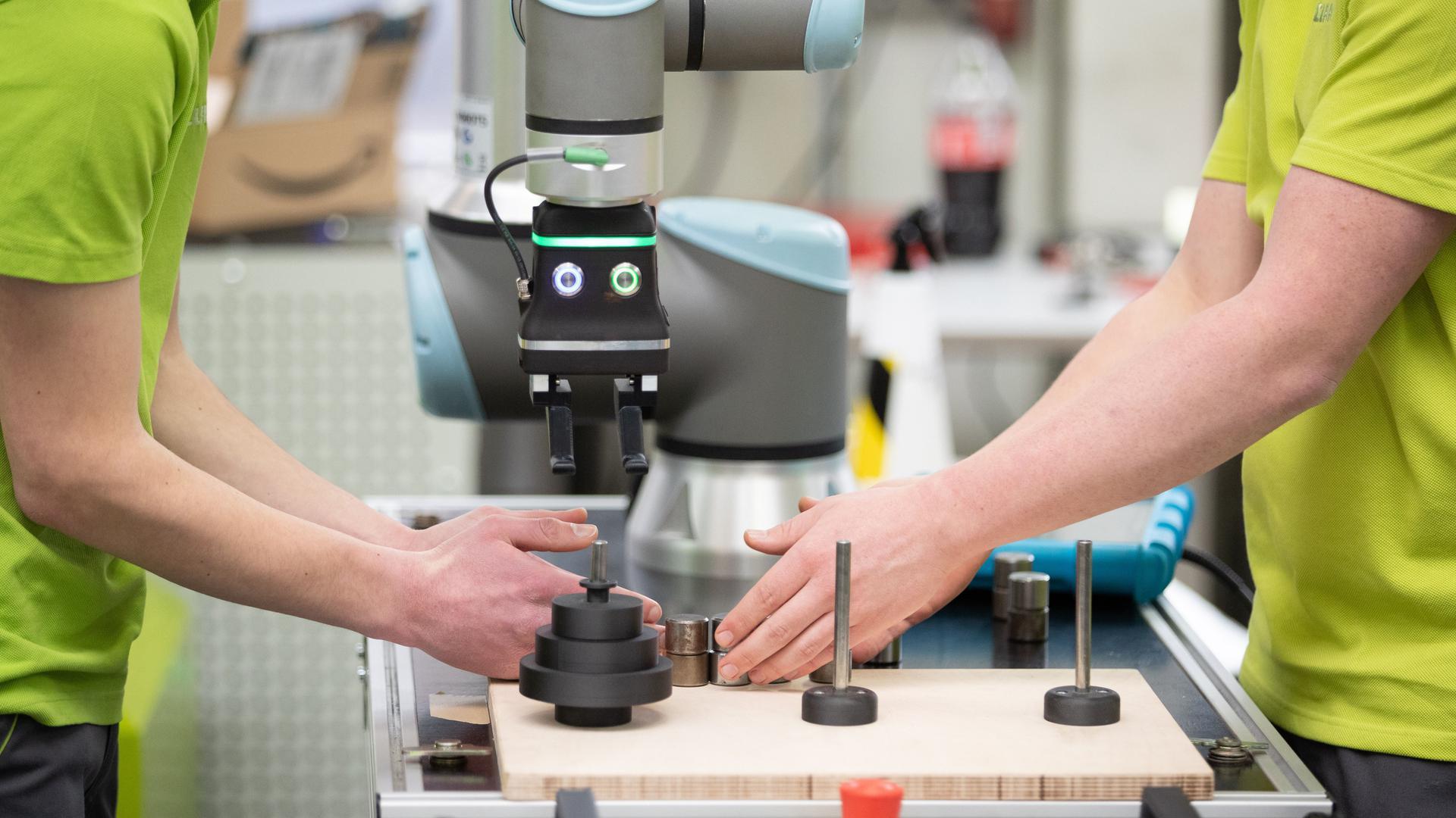 Auszubildende arbeiten in einer Werkstatt im sogenannten Greenhouse beim Landmaschinenhersteller Claas. Das Bundeskabinett befasst sich am 06.05.2020 mit der Lage auf dem Lehrstellenmarkt in Deutschland. +++ dpa-Bildfunk +++