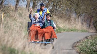 """Margarethe Stöhr (86) und Heinz Zammert (86), Bewohner des evangelischen Altenhilfezentrums """"Haus Elisabeth"""" werden von Wolfgang Jarosch (69) ehrenamtlich mit einer E-Rikscha ausgefahren. (zu dpa: «E-Rikschas ermöglichen neue Mobilität») +++ dpa-Bildfunk +++"""