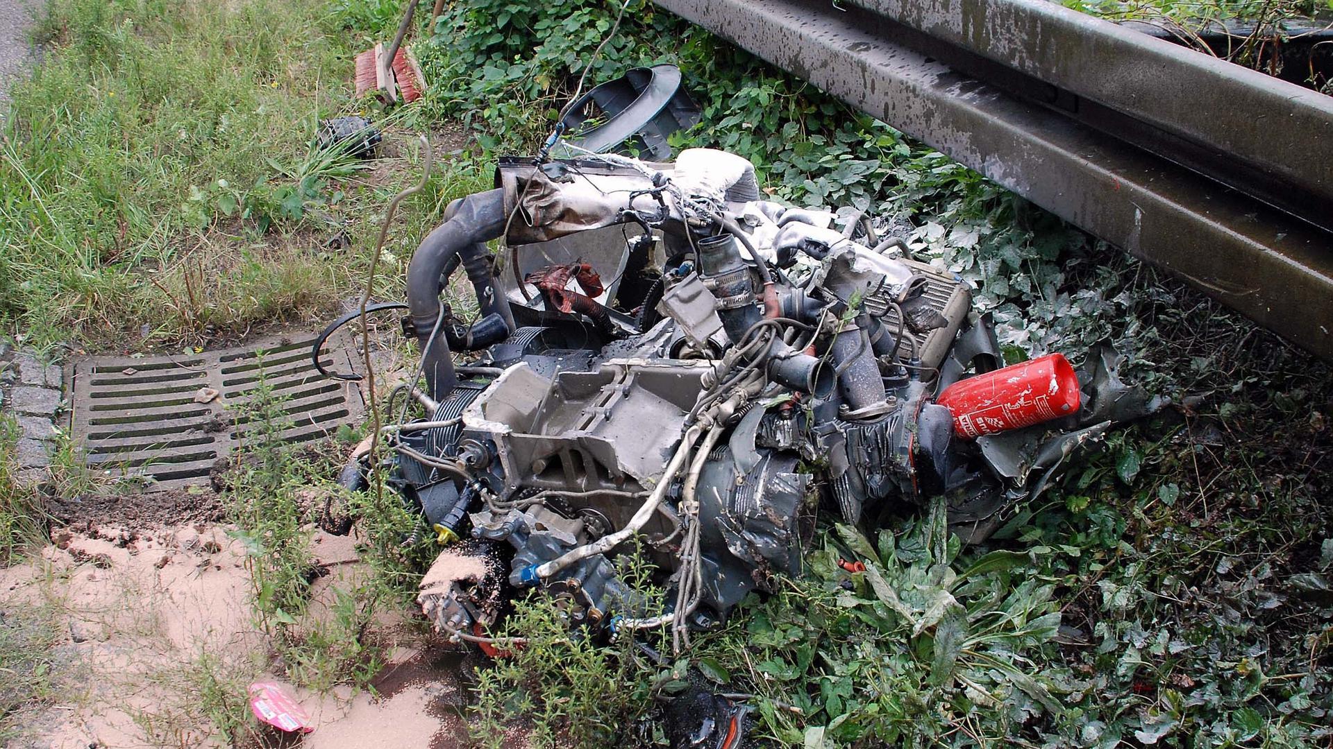 Nur noch Trümmer sind von einem Leichthubschrauber übrig, der am 8. September 2007 auf der A5 bei Bühl abstürzt. Pilot und Co-Pilot sterben.