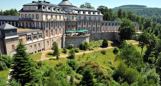 ARCHIV- Ansicht des Schlosshotels Bühlerhöhe von 08.07.2010. Die Wiedereröffnung des Luxushotels Bühlerhöhe im Schwarzwald zieht sich weiter hin, auch im kommenden Jahr bleibt das Hotel geschlossen. Foto: Rolf Haid dpa (zu lsw «Wiedereröffnung von Nobelhotel Bühlerhöhe nicht absehbar» vom 15.10.2012) +++ dpa-Bildfunk +++