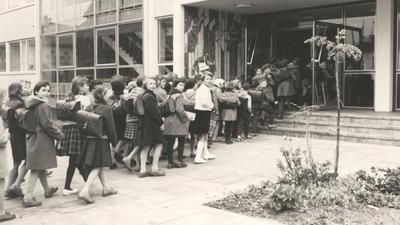 Historisches Bild, Kinder in einer Schlange.