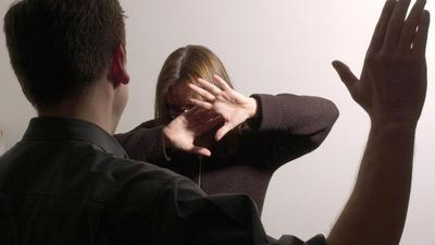 Ein Mann erhebt die Hand gegen seine Ehefrau